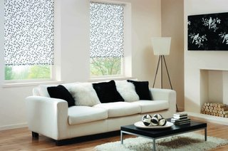 Model rolete textile imprimeu floral alb negru pentru ferestre living