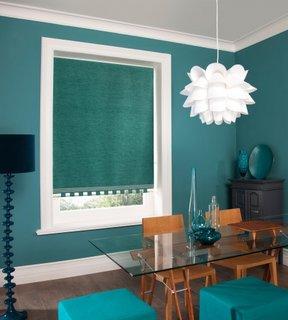 Roleta textila albastru verzui asortata cu nuanta peretilor