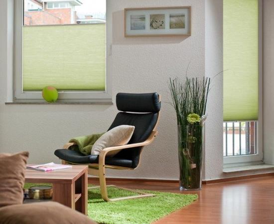 Rolete decorative din panza verde fara imprimeu pentru ferestrele din living