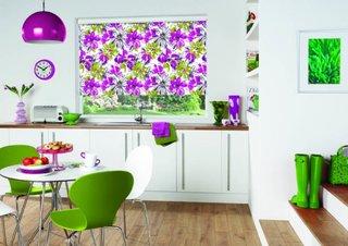 Rolete textile cu imprimeu floral roz si verde pentru decor fereastra bucatarie moderna