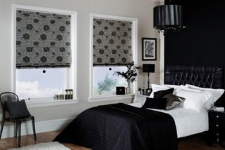 Rolete textile culoare gri cu imprimeu floral negru decor ferestre dormitor modern
