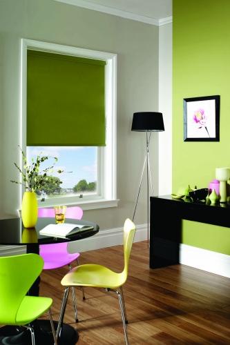 Rolete textile simple verde oliv asortate de peretele de accent din living
