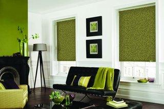 Rulouri din panza vernil pentru decorarea ferestrelor unui living modern