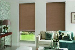 Storuri textile simple maro pentru un living modern