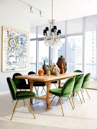 Masa de lemn cu scaune verzi cu picioare de metal