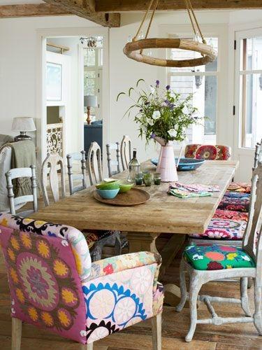 Masa de lemn dreptunghiulara scaune colorate cu modele florale