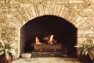 Semineu din piatra marunta pentru interioare spatioase