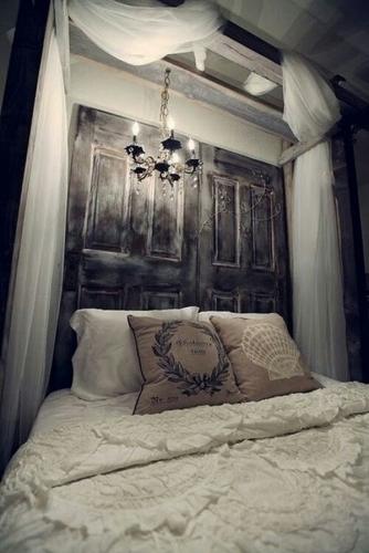 Amenajare in stil rustic, elegant si foarte luxos cu draperii la pat