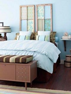 Amenajare rustica cu imprimeuri pe tablia patului