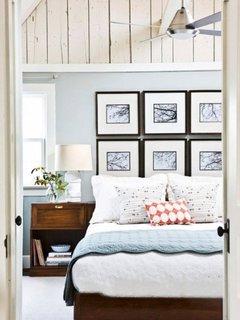 Combinatie de tablouri trei cate trei suprapuse deasupra patului