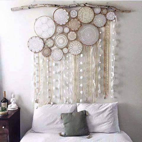 Decoratiune deasupra patului din creanga de copac , bucati de lemn pictat si ghirlande din textile
