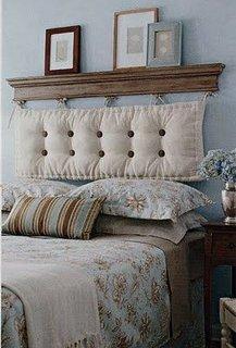 Dormitor amenajat minimalist cu etajera deasupra patului