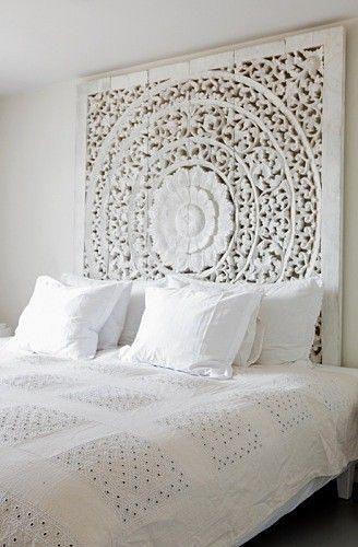 Model mandala sculptat pe lemn vopsit in alb