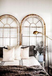 Rame de ferestre din lemn patinat cu alb si auriu