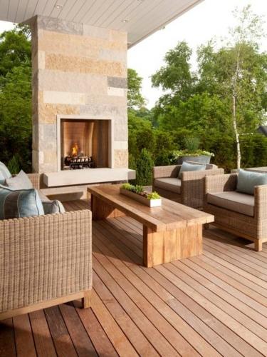 Idee pentru amenajare terasa cu semineu si fotolii