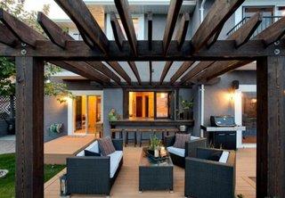 Pergola lunga din lemn construita in prelungirea casei