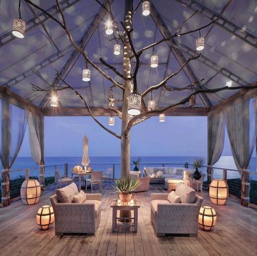 Terasa acoperita cu cort din panza alba