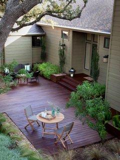 Terasa cu podea de lemn in fata casei