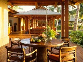 Terasa in jurul casei cu foisoare din lemn