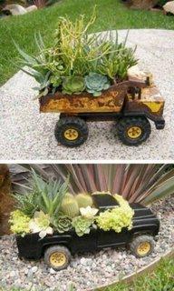 Flori in masinute vechi de jucarie