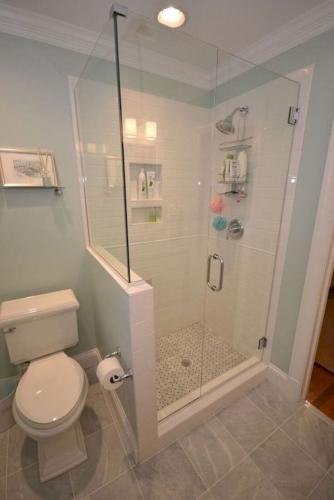 Cabina de dus asezata langa vasul de toaleta