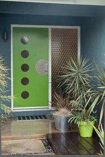 Usa de exterior verde cu ochiuri rotunde din sticla