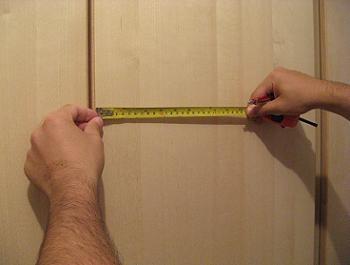 Masurare inainte de montarea manerelor pentru dulapul de dormitor