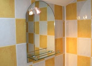 Montare oglinda baie la mansarda