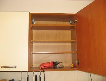 Rafturi suplimentare montate in dulapul de bucatarie