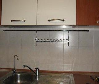 Montare suport pentru accesorii de bucatarie deasupra chiuvetei
