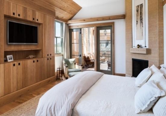 Televizor montat pe perete in dormitor