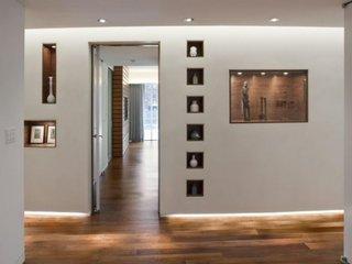 Decor perete cu usa cu ajutorul etajerelor nisa