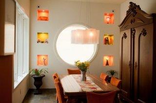 Dining cu fereastra rotunda si nise decorative