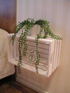 Ladita din lemn vopsita cu alb si montata suspendata pe perete