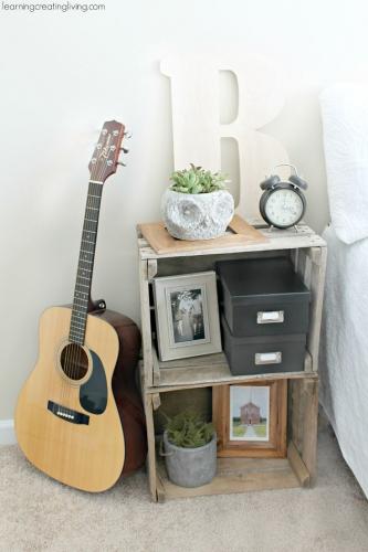 Lazi din lemn pe post de noptiera in dormitor cu design romantic