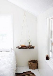 Scandura din lemn suspendata de o franghie din tavan