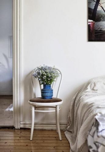 Scaun alb cu sezut tapitat noptiera in dormitor scandinav