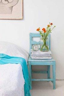 Scaun de lemn vopsit cu turcoaz si asezat langa pat
