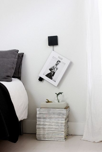 teanc de reviste in loc de noptiera. Black Bedroom Furniture Sets. Home Design Ideas