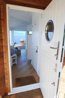 Usa interioara alba din lemn cu geam rotund