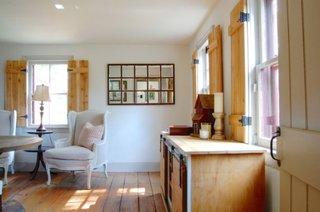 Living rustic cu obloane interioare din lemn de pin