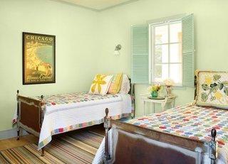 Obloane cu lamele fixe vopsite in bleu ca si peretii din dormitor