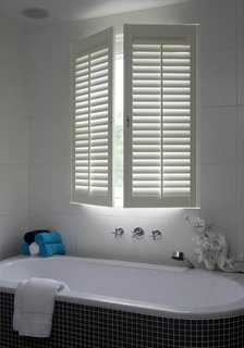 Oblon cu lamele orientabile pentru geamul de la baie
