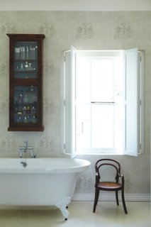 Oblon din lemn batant fara lamele model opac pentru baie