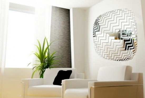Camera alba cu oglinda moderna pe perete