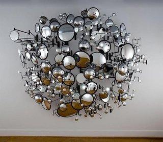 Explozie de oglinzi pe un perete