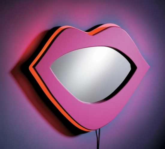 Oglinda colorata in forma de buze