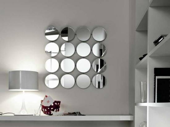 Perete alb cu oglinzi rotunde ce formeaza un patrat
