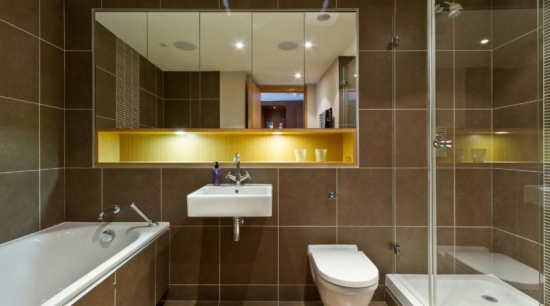Oglinda baie cu corpuri de iluminat integrate