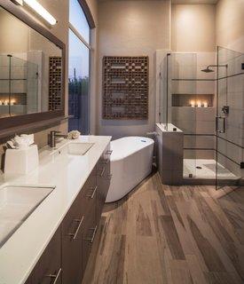 Oglinda cu neon pentru baie amenajata in nuante de crem si maro gri